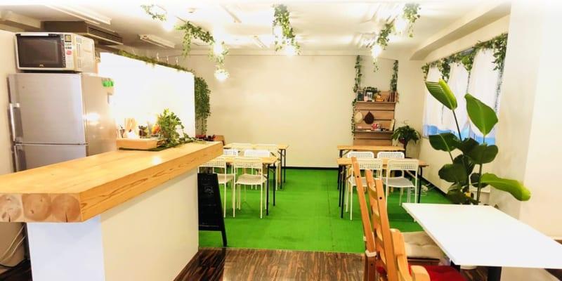ボタニカルをテーマに、芝生を敷き詰められたグリーンの癒やしの空間です